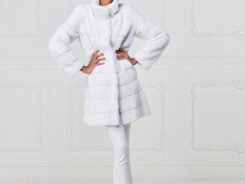 01 – Cappottino in visone bianco, collo in piedi.