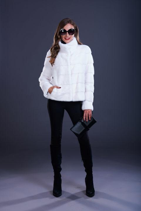 01 – Cappotto in visone bianco, lavorazione orizzontale, collo in piedi.
