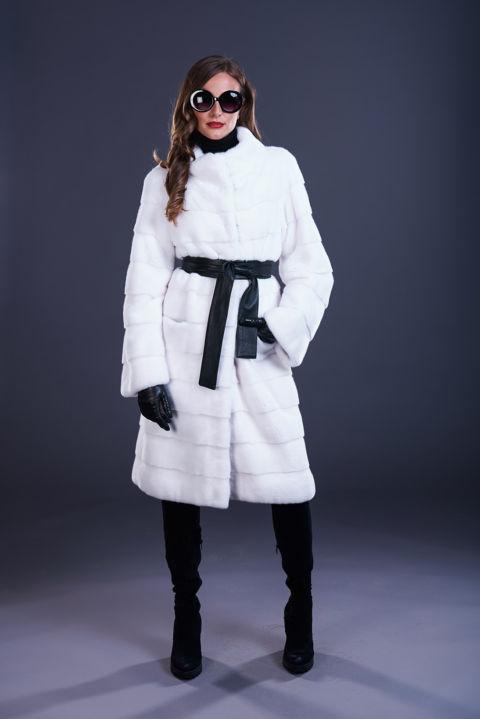 02 – Maxi cappotto in visone bianco, lavorazione orizzontale con cintura in tinta o a contrasto.