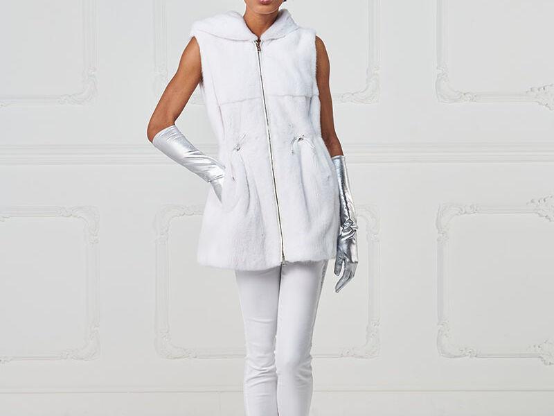 03 – Gilet in visone bianco con cappuccio.