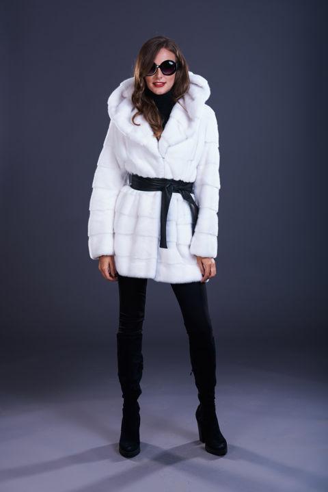 03 – Cappotto in visone bianco con cappuccio, lavorazione orizzontale con cintura in tinta o a contrasto.