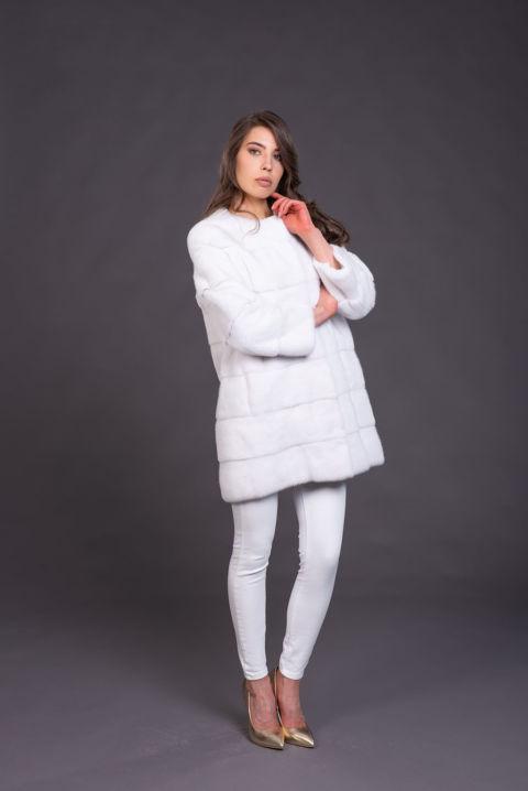 05 – Cappottino senza collo in visone bianco.