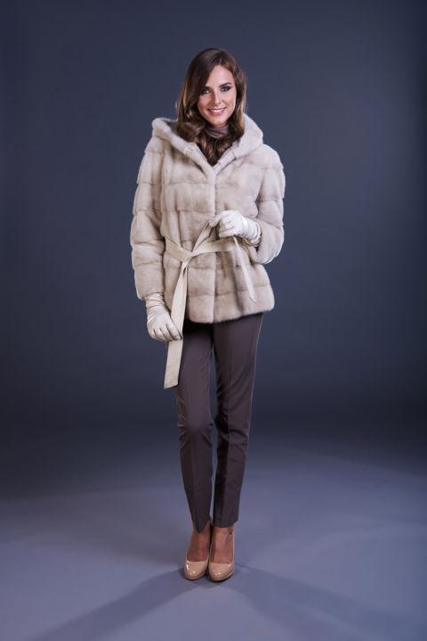 06 – Giacca in visone perla, lavorazione orizzontale con cappuccio, cintura in suede.