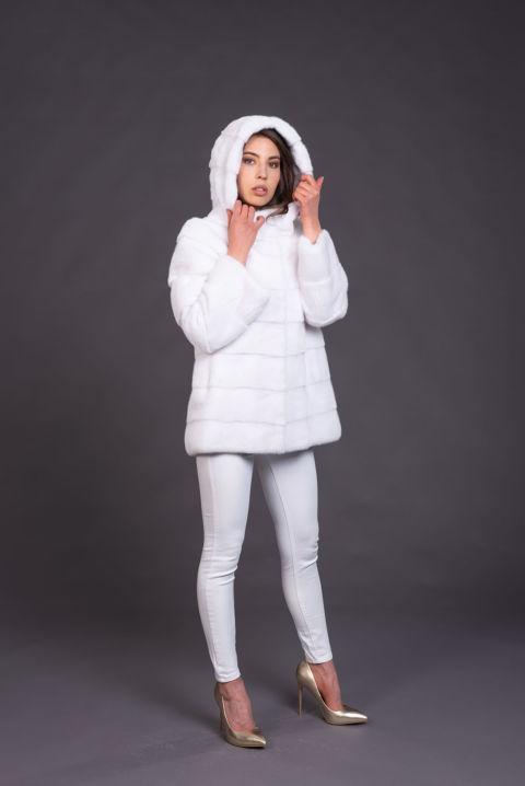 06 – Giacca con cappuccio in visone bianco.