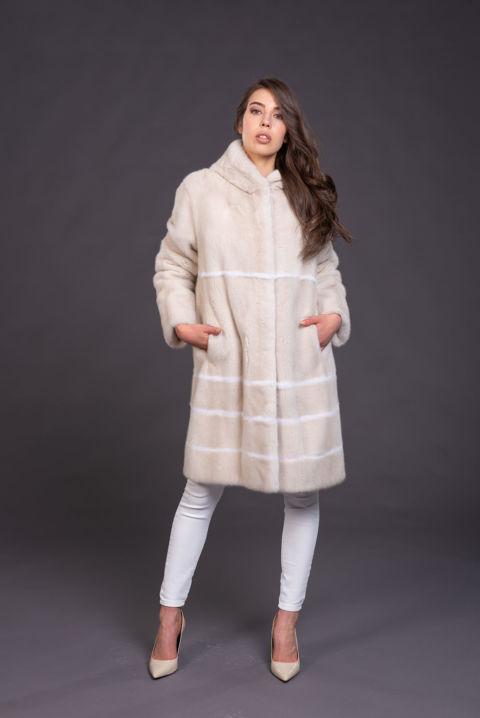 08 – Cappotto con cappuccio in visone perla, inserti a contrasto.