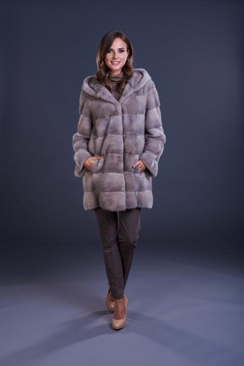 10 – Cappotto in visone silverblue con cappuccio, lavorazione orizzontale.