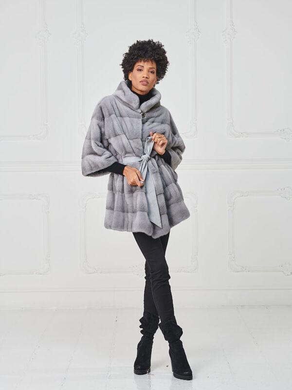 17 – Mantella in visone zaffiro con cintura in suede.