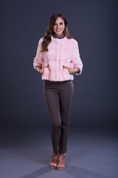 17 – Giacca in visone rosa confetto, lavorazione orizzontale con manica a 3/4.