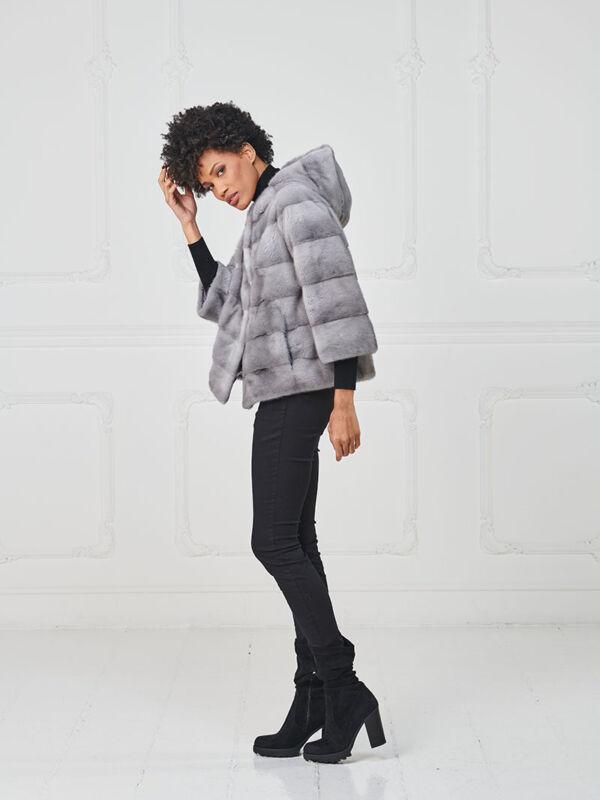 18 – Giacchino con cappuccio in visone zaffiro.