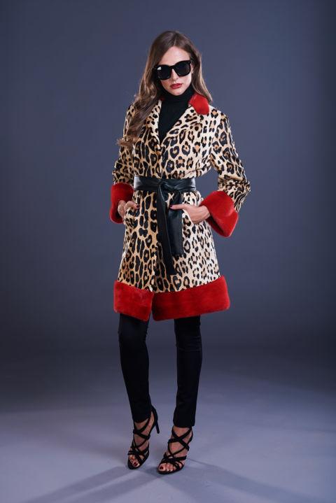 20 – Cappottino in kid maculato con inserti in visone rosso.