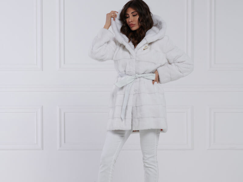 04 / Giacca in visone bianco con cappuccio e cinture