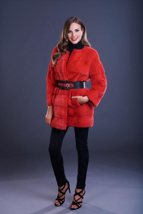 19 – Cappottino in visone rosso senza collo, lavorazione orizzontale.