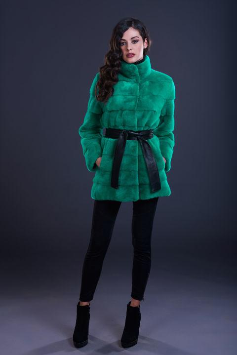 28 – Cappottino slim in visone verde menta, lavorazione orizzontale, collo in piedi.