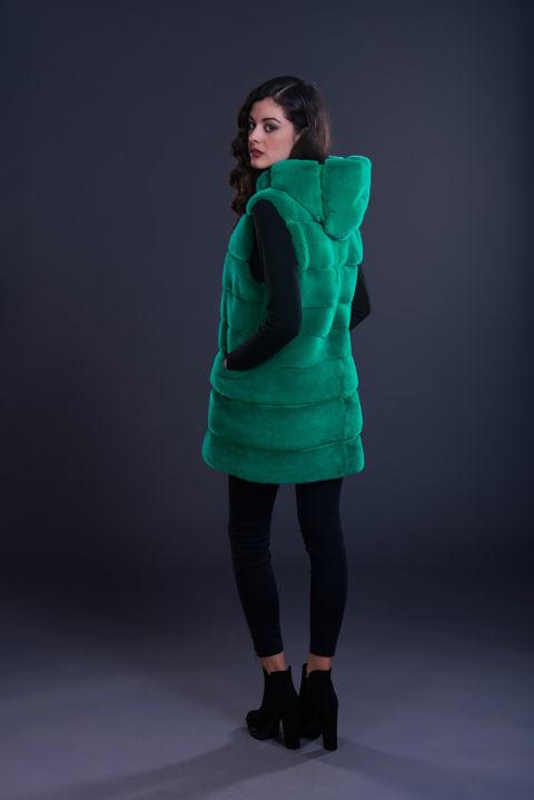 29 – Gilet in visone verde menta con cappuccio e inserti in camoscio.