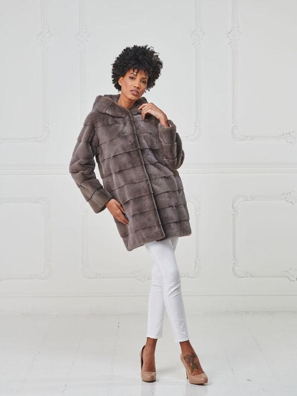 28 – Cappotto con cappuccio in visone cashmere.