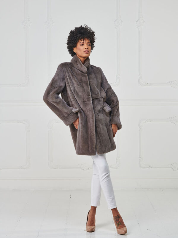 29 – Cappotto in visone cashmere lavorazione verticale con tasche taglio militare.