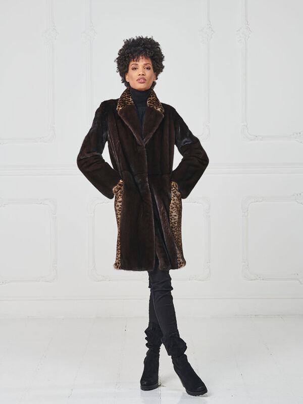 32 – Cappotto in visone mogano, intarsi in visone maculato, lavorazione verticale.
