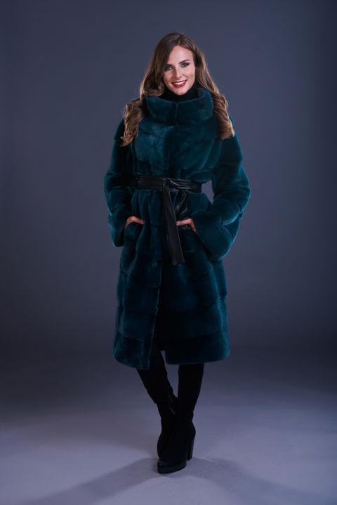 35 – Maxi cappotto in visone petrolio, lavorazione orizzontale con cintura in tinta o a contrasto.