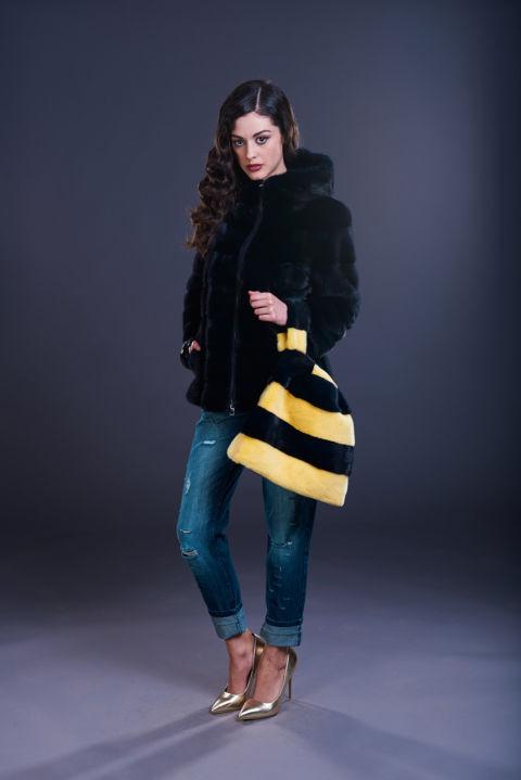 36 – Giacca in visone blu notte con cappuccio e chiusura a zip. Borsa in visone blu notte e visone giallo.