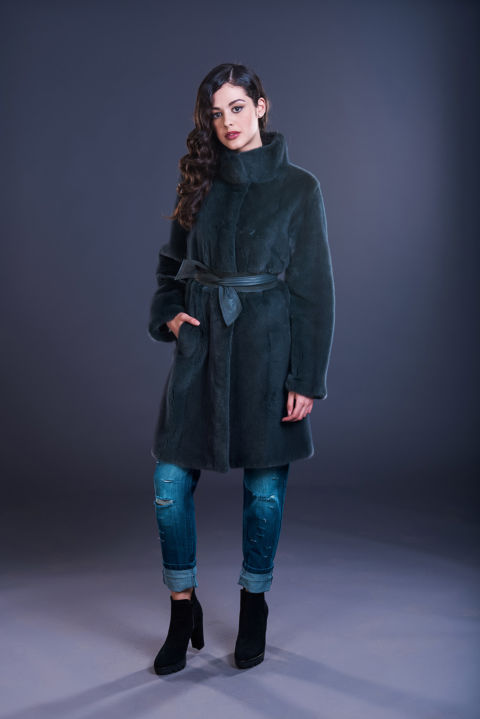 25 – Cappotto in visone ardesia, lavorazione verticale, cintura in pelle.