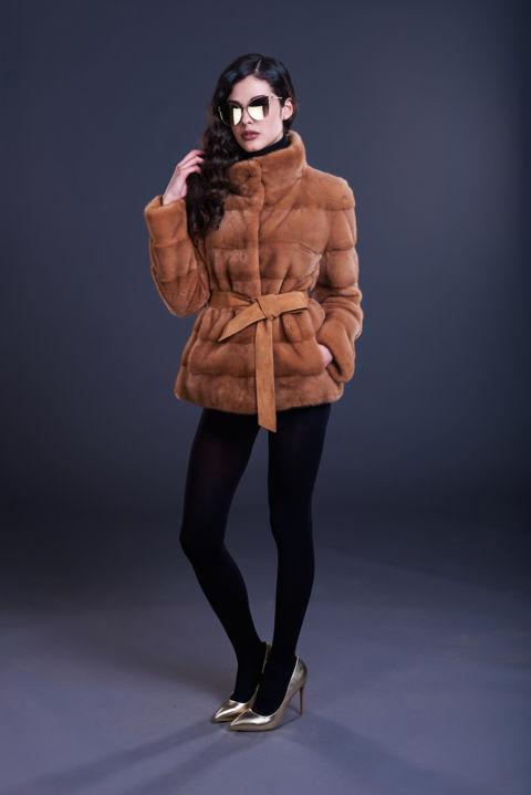 40 – Giacca in visone ambra, lavorazione orizzontale con cintura in suede.
