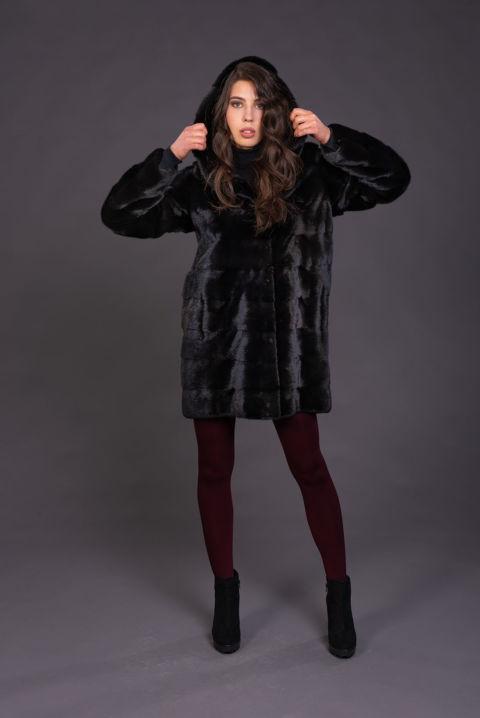 41 – Cappotto in visone black naturale con cappuccio.