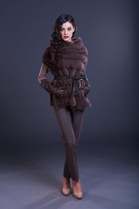 46 – Mantella in visone castagna con cintura in suede e nappa.