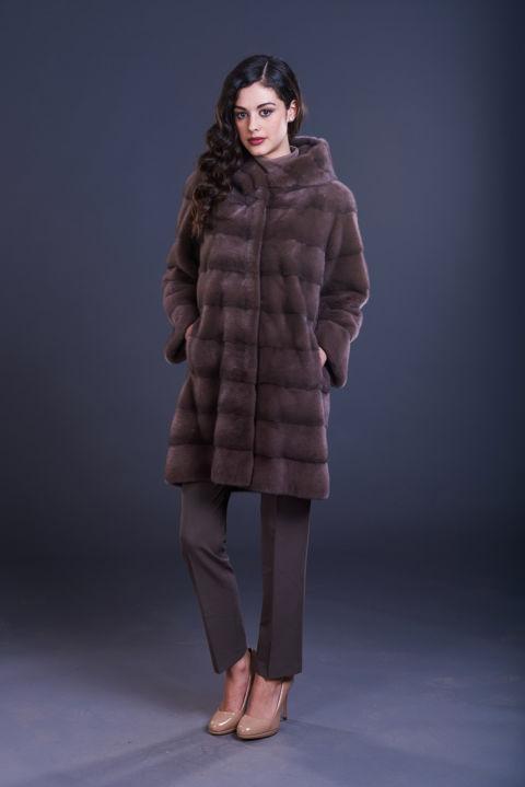 47 – Cappotto in visone castagna con cappuccio, lavorazione orizzontale.