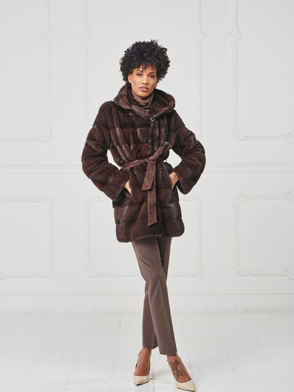 55 – Giaccone con collo cappuccio in visone mosto, cintura in suede.