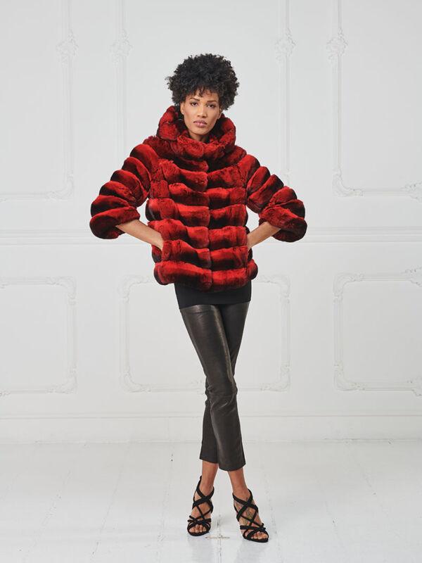 57 – Giacca in cincillà rossa con cappuccio.