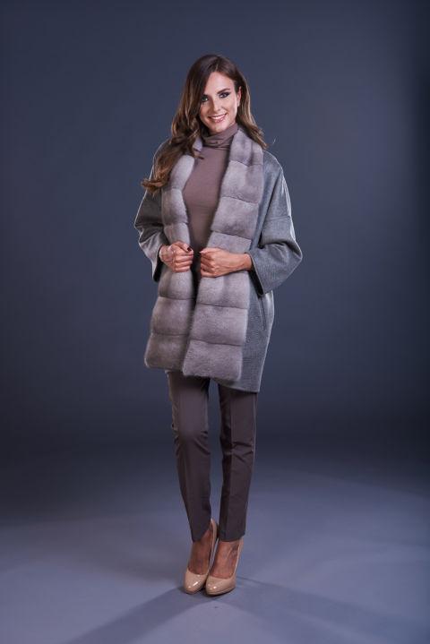69 – Mantella in cashmere grigio tortora, inserti in visone silverblue.