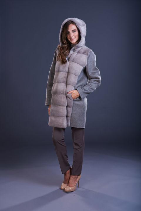 71 – Cappotto in cashmere con cappuccio grigio tortora, inserti in visone silverblue.