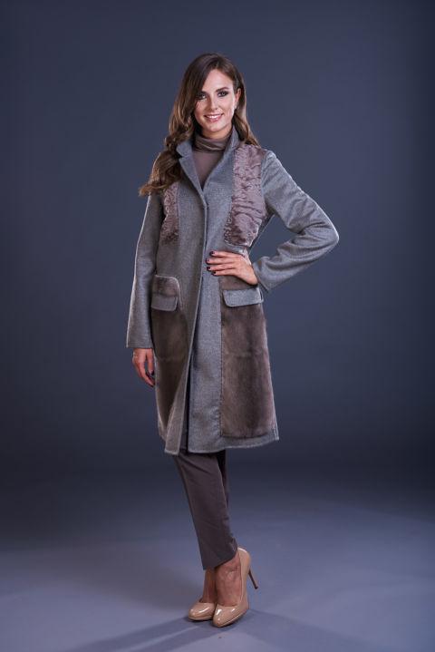 72 – Cappotto in cashmere grigio tortora con collo a reverse, inserti in persiano e visone in tinta.