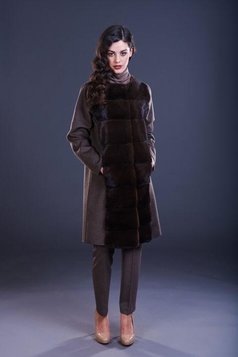 73 – Cappotto in cashmere marrone senza collo con inserti in visone mogano.