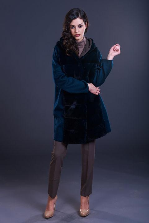 74 – Cappotto in cashmere blu con cappuccio con inserti in visone blu notte.