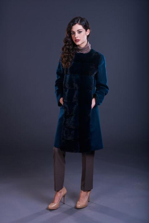 75 – Cappotto in cashmere blu senza collo con inserti in visone blu notte.