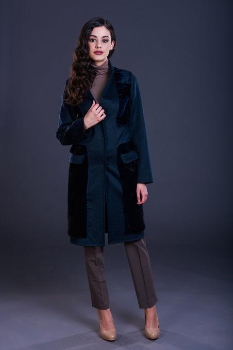76 – Cappotto in cashmere blu collo a reverse con inserti in persiano e visone in tinta.