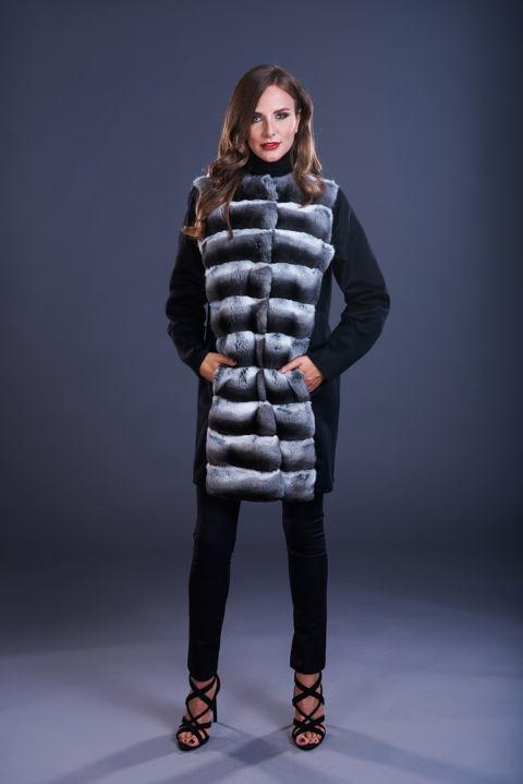 77 – Cappotto in cashmere nero senza collo con inserti in cincillà naturale.
