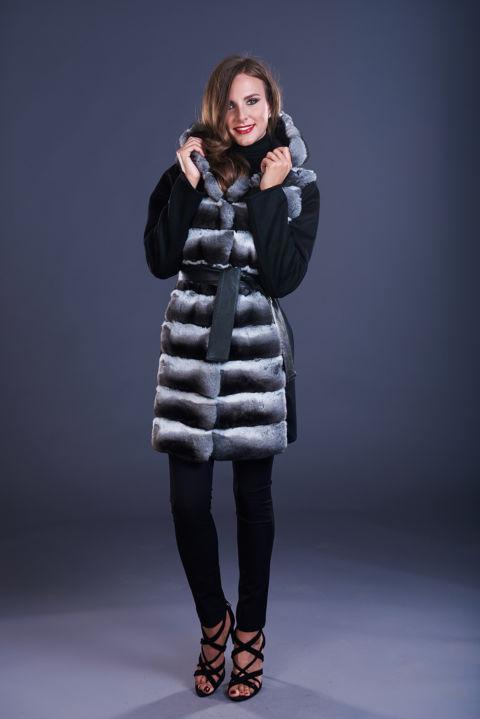 78 – Cappotto in cashmere nero con cappuccio con inserti in cincillà naturale.