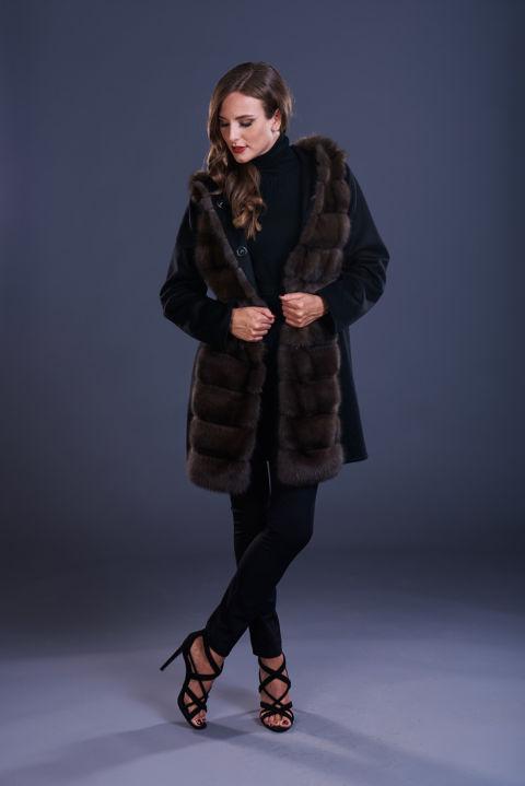 79 – Cappotto in cashmere nero con cappuccio con inserti in zibellino naturale.