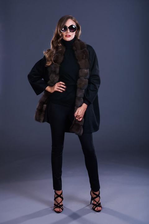 80 – Mantella in cashmere nero con cappuccio con inserti in zibellino naturale.