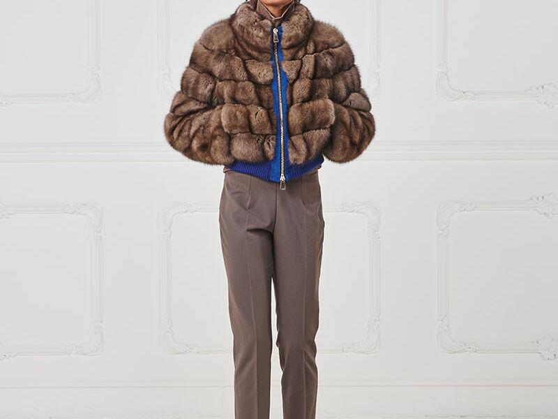 65 – Bomber in zibellino naturale con chiusura zip, bordi in lana a contrasto.