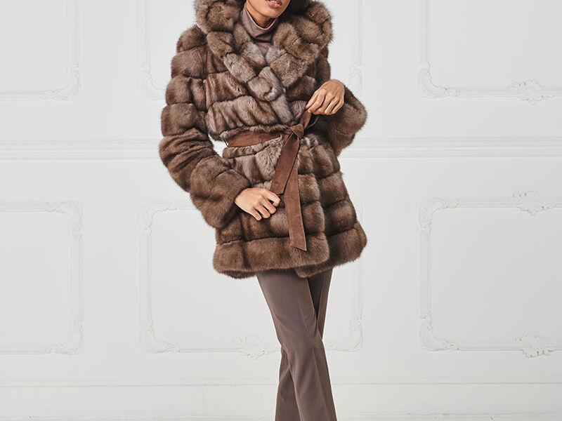 66 – Giaccone in zibellino naturale con cappuccio e cintura in suede.