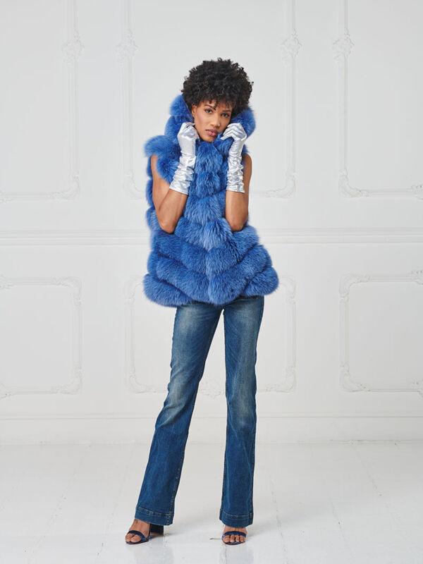 68 – Gilet in volpe jeans con cappuccio, profili in suede.