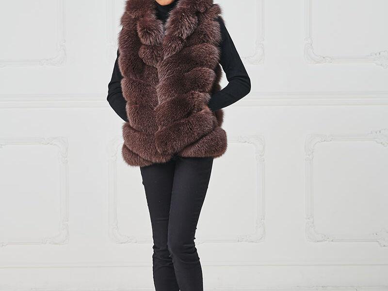 75 – Gilet in volpe mosto con cappuccio.